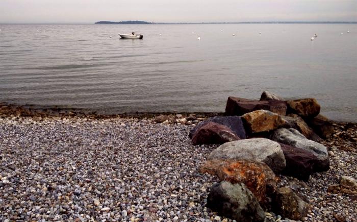 Gardameer kade met stenen