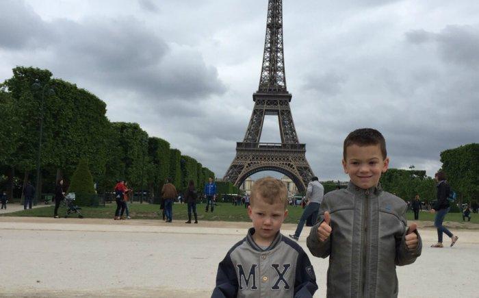 Eiffeltoren beklimmen met peuter
