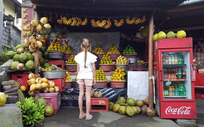 Vers fruit eten op Bali met kind