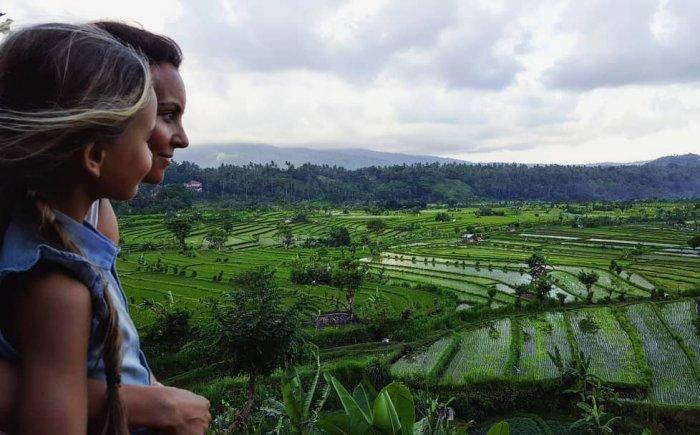 Wandelen door de rijstvelden in Bali met kind
