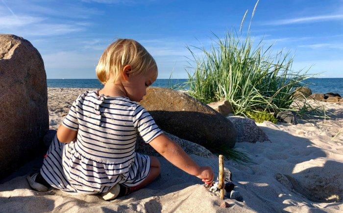 Nyborg met kind op het strand
