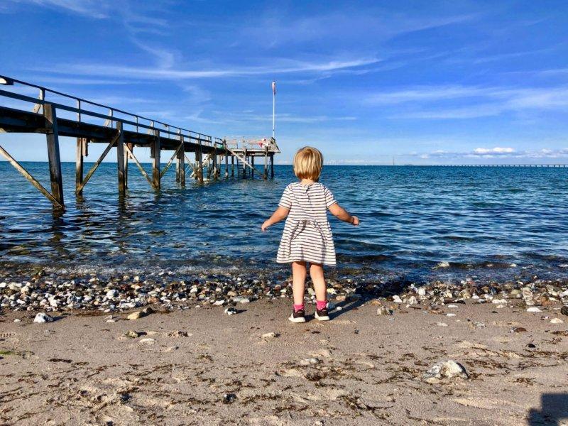 Spelen aan het strand in Denemarken