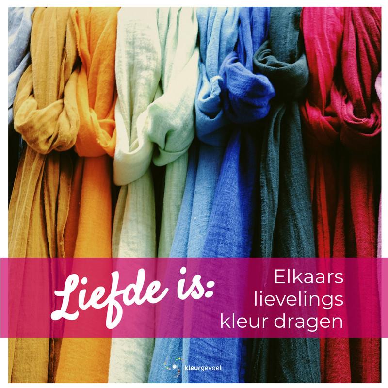 Sjaals in verschillende kleuren met Quote: Liefde is: elkaars lievelingskleur dragen