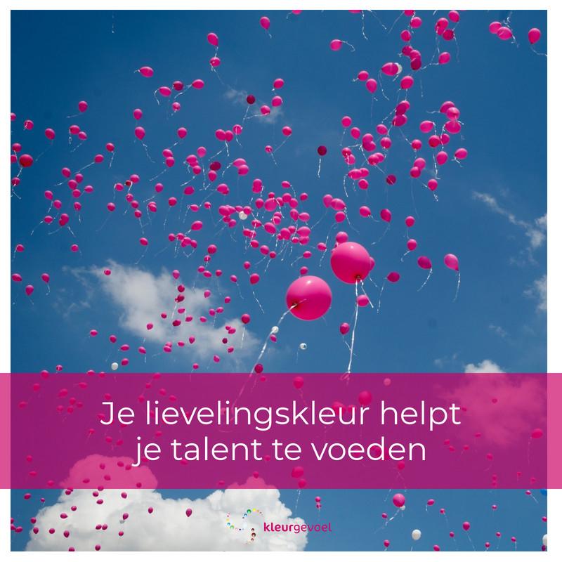 Roze ballonnen in een blauwe lucht met quote: Je lievelingskleur helpt je talent te voeden