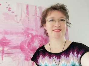Portret Margo Ruiter voor roze schilderij