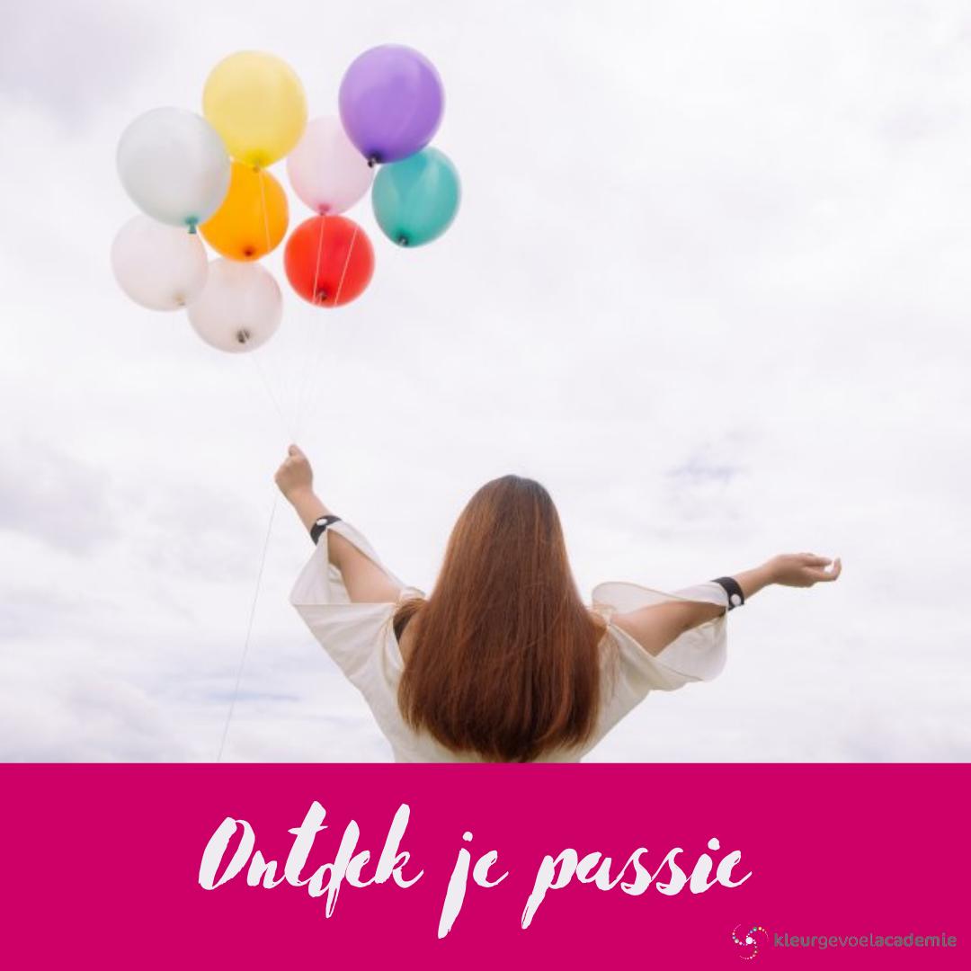 Titel ontdek je passie in een magenta kader, Achtergrond vrouw die een bos ballonnen vasthoud terwijl ze naar de wolken kijkt en haar armen omhoog uitstrekt.
