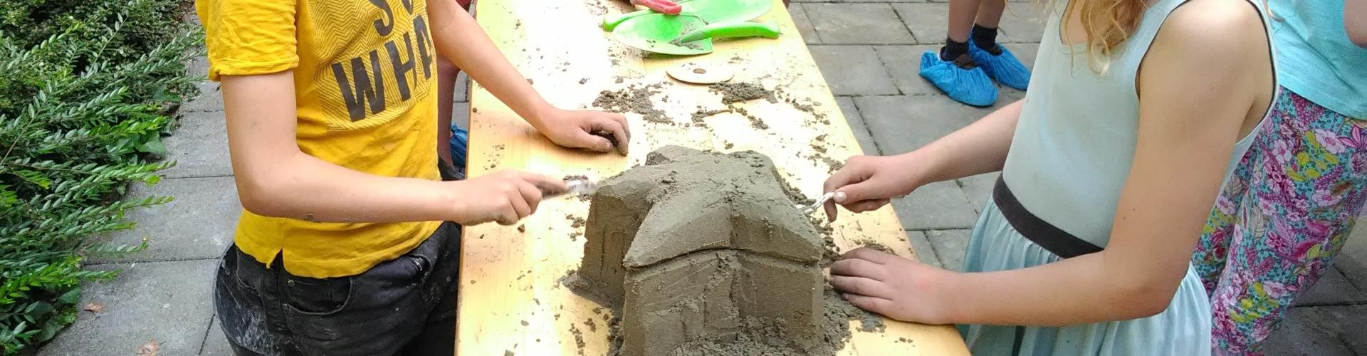 Zandsculpturen_tafels met kinderen