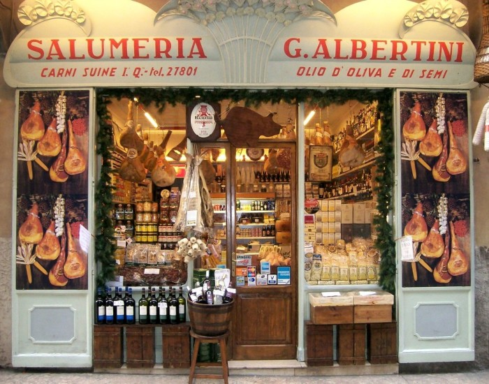 salami, pasta, wijn en ham in bologna en modena
