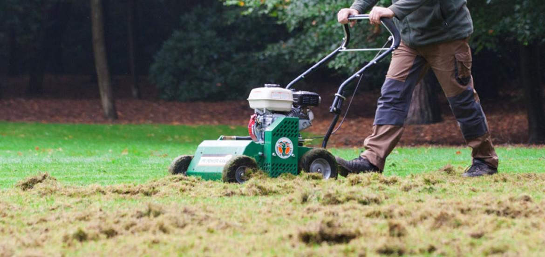 Verticuteren van het gras in het najaar