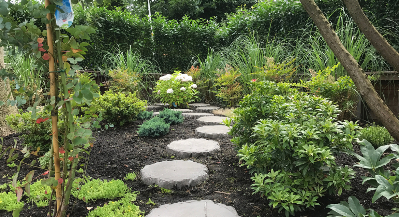 Wateroverlast regenwater voorkomen in je tuin: stapstenen