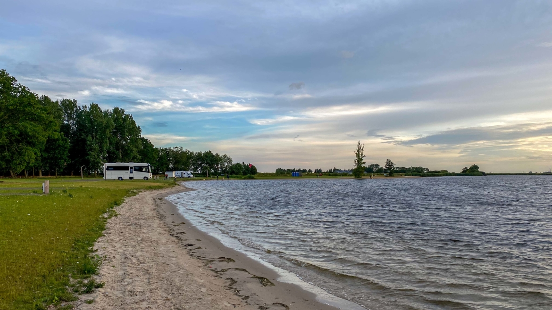 Camperplaats Nijkerk aan Zee met uitzicht op scheepvaart