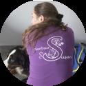 susan-arendse dierfysiotherapeut gebruikt neckpiece in haar praktijk
