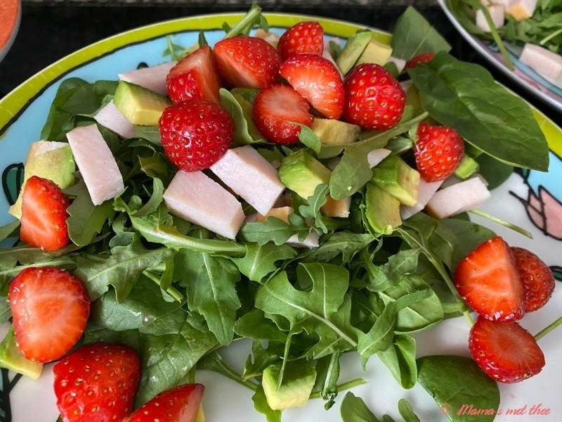 Salade met aardbeien, avocado en kip