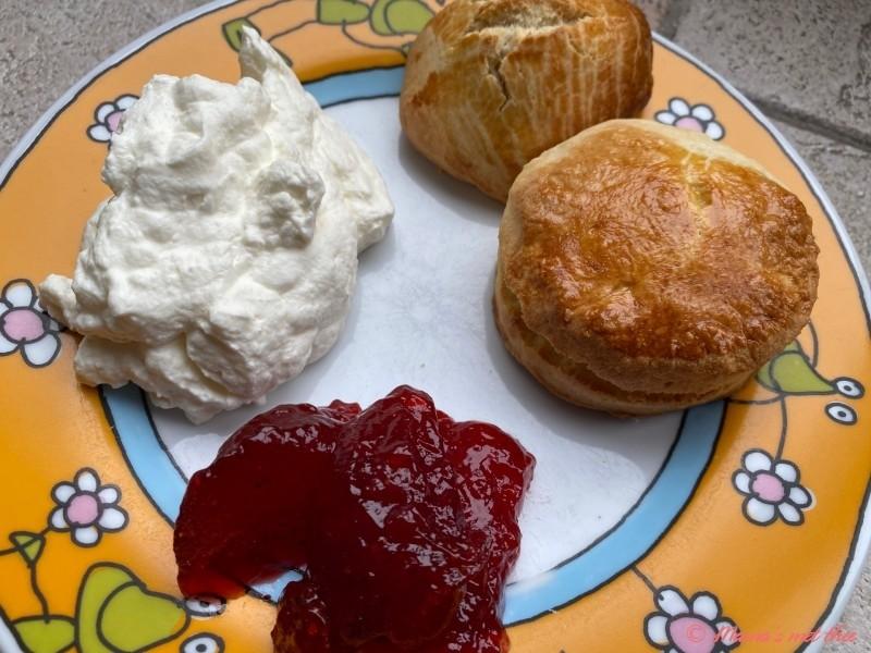 Scones met clotted cream en aardbeienjam