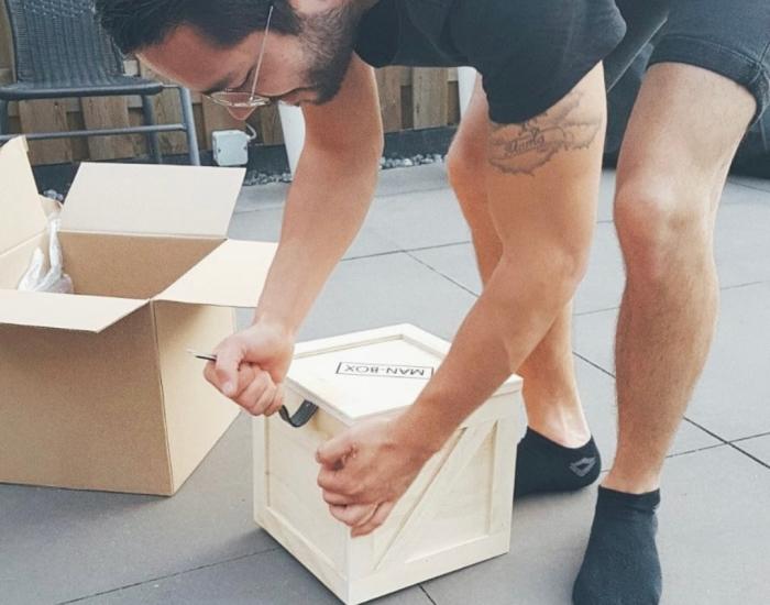 man-breekt-box-open