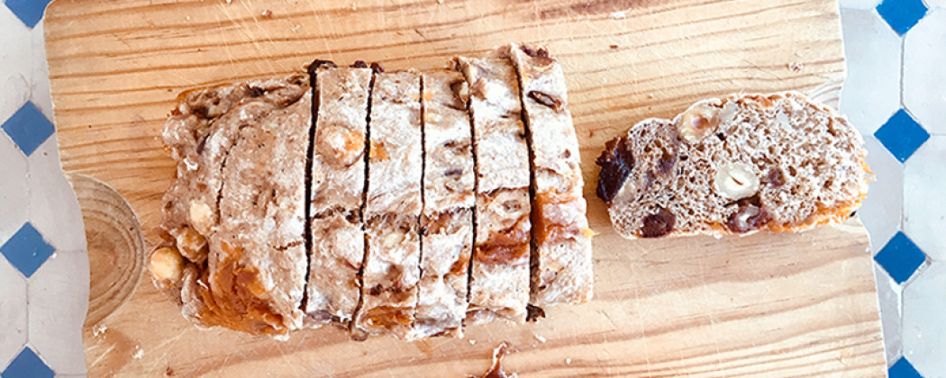 Abrikozen dadel walnoot hazelnoot brood