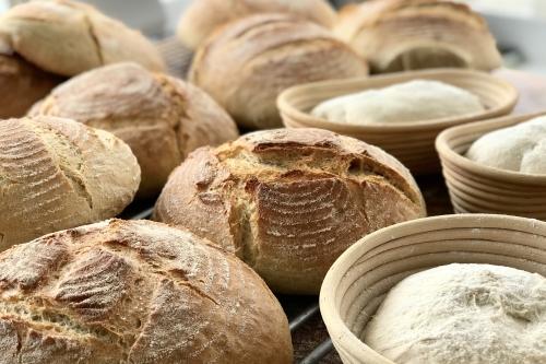 gebakken-broden-en-deeg-in-manden