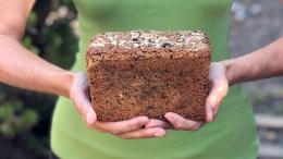 Glutenvrij brood in handen Marije Bakt Brood