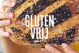 Glutenvrij brood met zwart sesamzaad met handen, cursus van Marije Bakt Brood