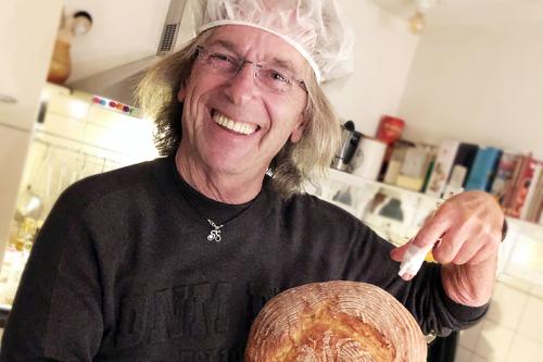 Jos met pleister en zijn tweede zelf gebakken brood