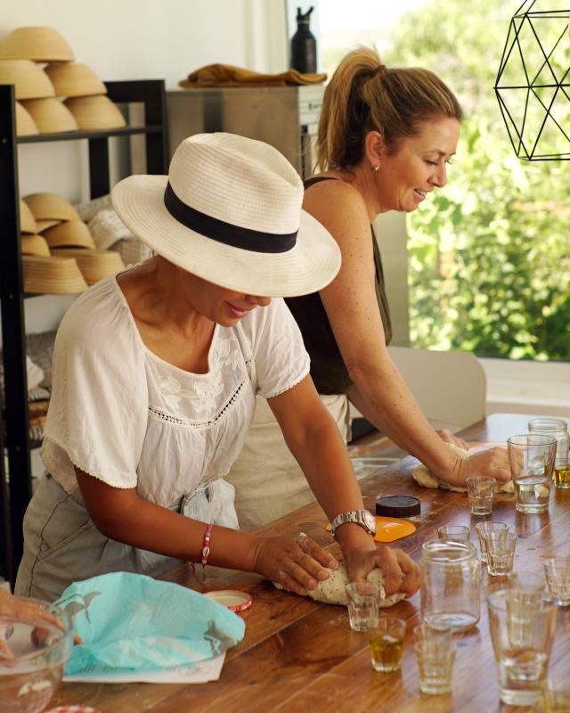 Louiza en Pascal kneden - Marije Bakt Brood