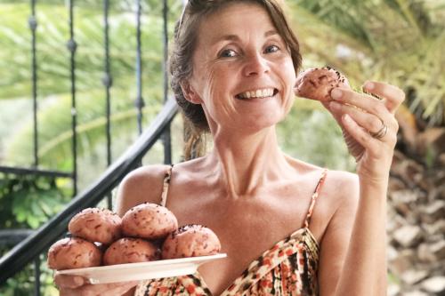 Marije met zelfgebakken bietenbroodjes