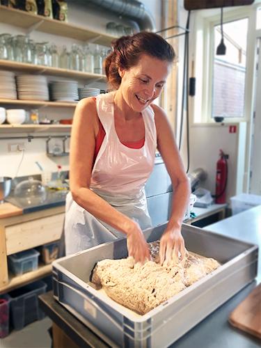 Marije kneedt deeg bij Baking Lab Amsterdam