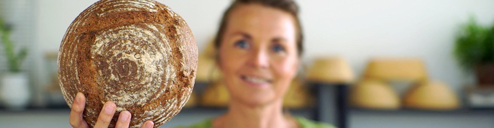 Marije met een volkorenbrood