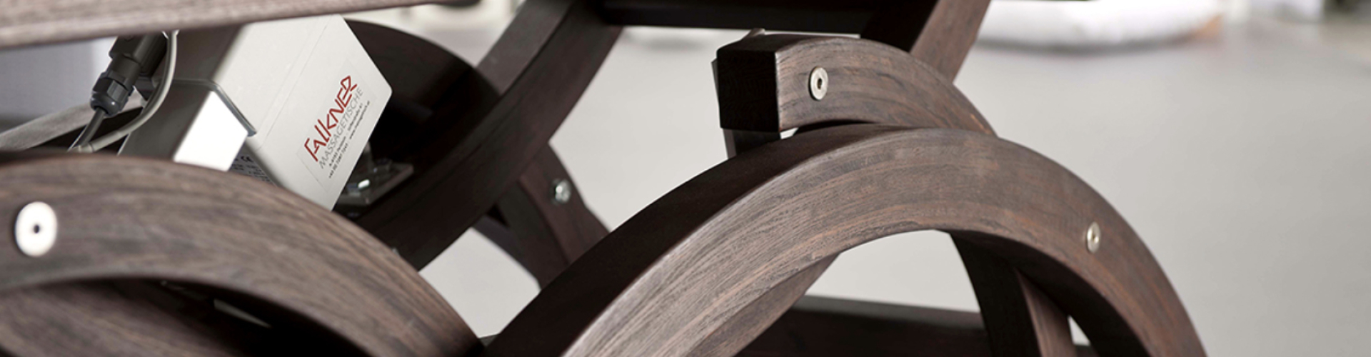 Donker gebeitst massagetafel speciale accessoires
