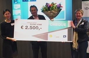 Edwin van der Heide, on behalf of McNetiq team, receives the Shell LiveWire award