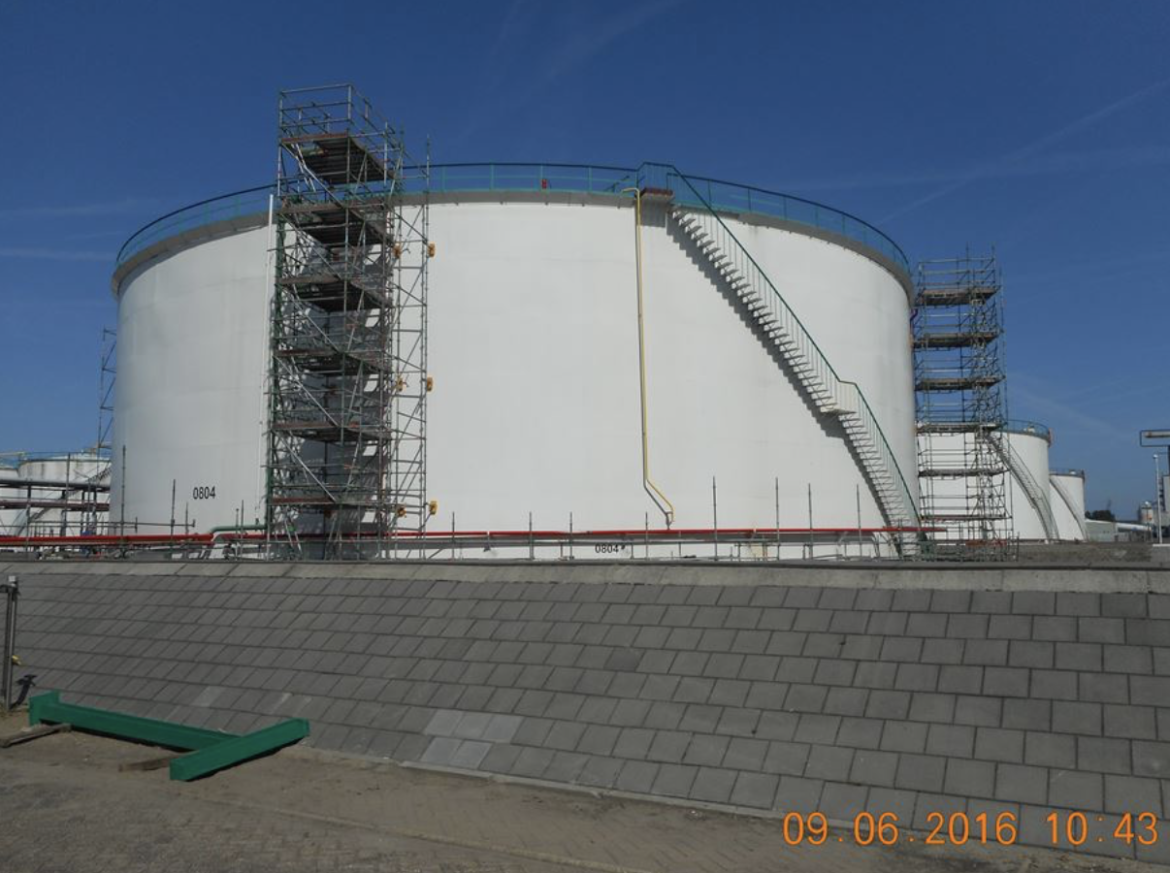 Scaffold built on a storage tank with Controlock technology