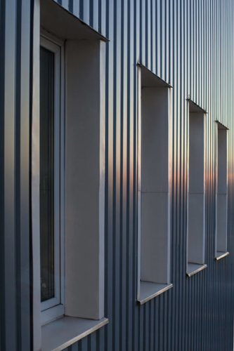 Gevelbekleding in aluminium of met geïsoleerde panelen