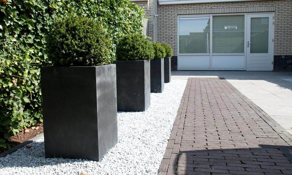 Strakke achtertuin hardenberg in lite tuinverlichting - Moderne tuinfoto ...