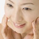 aziatische-vrouw-reinigd-gezicht-cosmetisch-mellacare
