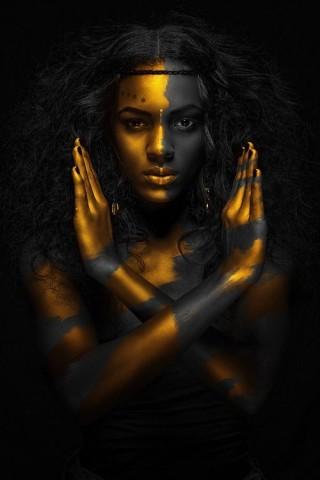 donkere vrouw zwart in goud