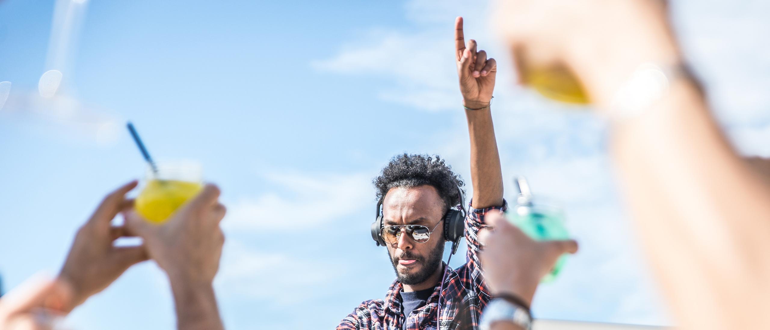 Ibiza party in stjl: DJ muziek en een saxofonist bij uitvaart