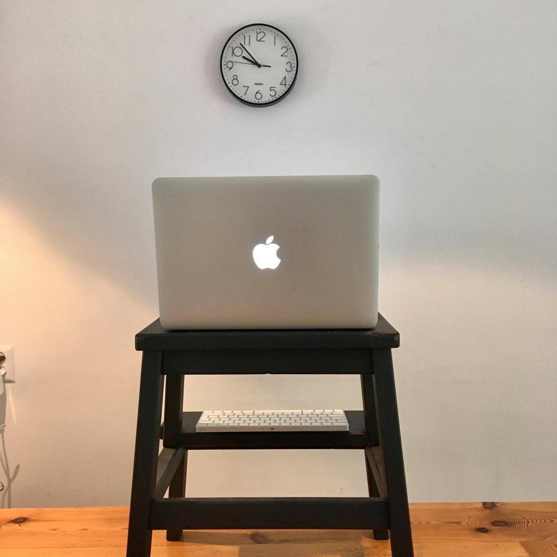 videovergaderen-vermoeiend-zit-sta-bureau