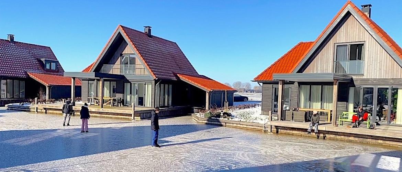 Kom je schaatsen? Vanaf villa Tjalk+, Waterstaete 60, Ossenzijl, op het ijs.