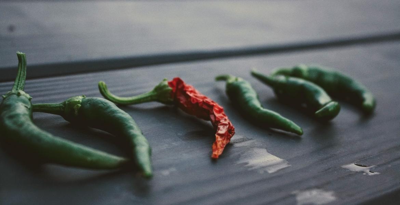 pepers oogsten, kleuren en drogen