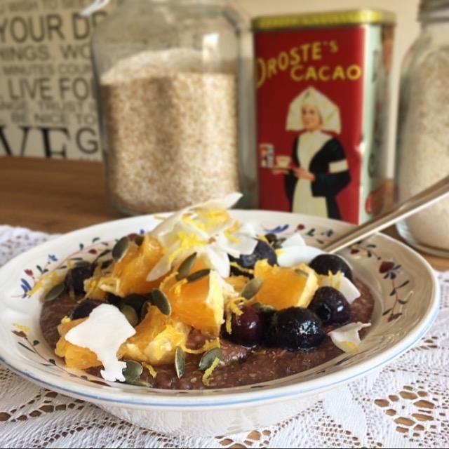glutenvrije ontbijtpap met boekweit, cacao e fruit