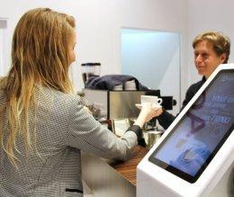 Persoonlijk contact bij koffie op locatie - kopje koffie aanbieden aan bezoekers