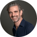 Raymond de Looze (1976) is bedrijfskundige en jurist, die na een internationale projecten carrière aan de slag ging met zijn ware passie: de ontwikkeling van mensen.