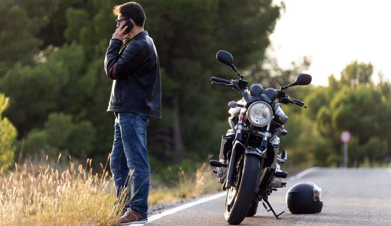 Motorrijder met pech belt met pechhulp verzekering