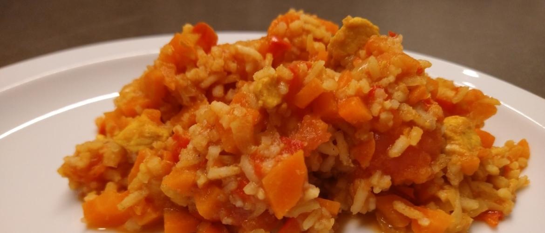 Wokschotel met wortel, rijst en kip