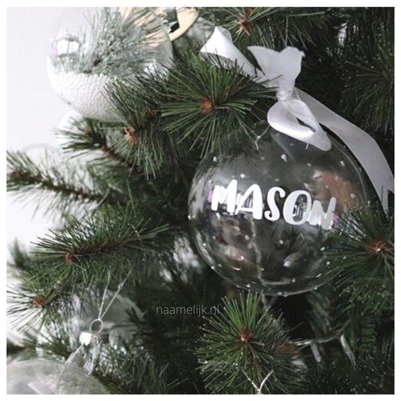 Kerstbal met naamsticker in kerstboom