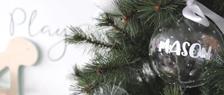 DIY: maak persoonlijke kerstballen met naamstickers