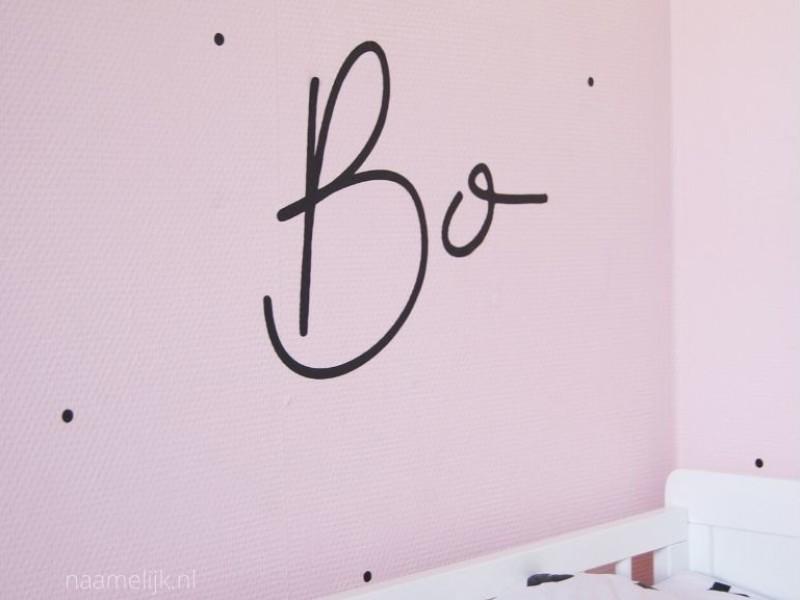 Naamsticker Bibi op lichtroze muur