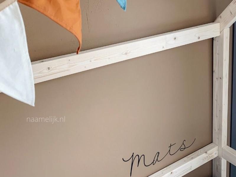 Naamsticker op de muur van de kinderkamer