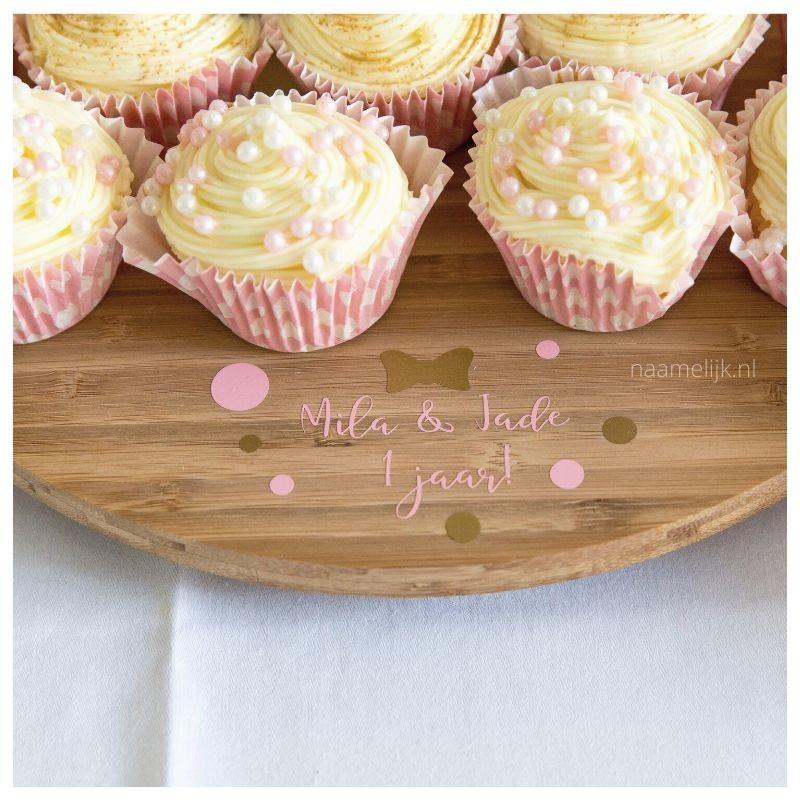 Tweelingverjaardag naamsticker op taartplateau