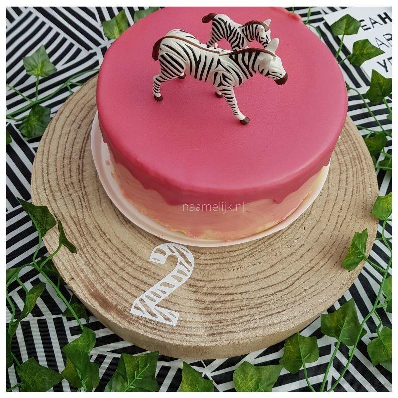 Themafeestje zebra naamsticker op taartplateau dripcake